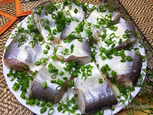 кусочки маринованной рыбы