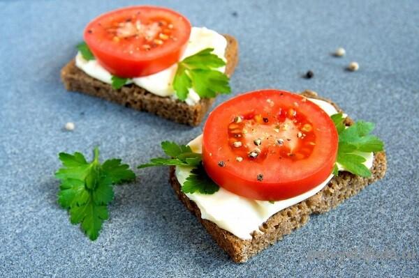 бутерброд с сыром и помидором