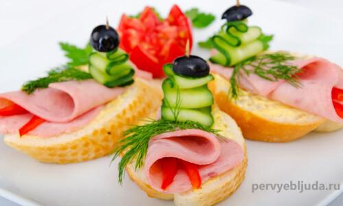 бутерброды с колбасой и огурцом