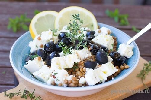 Салат из чечевицы с сыром Фета и маслинами