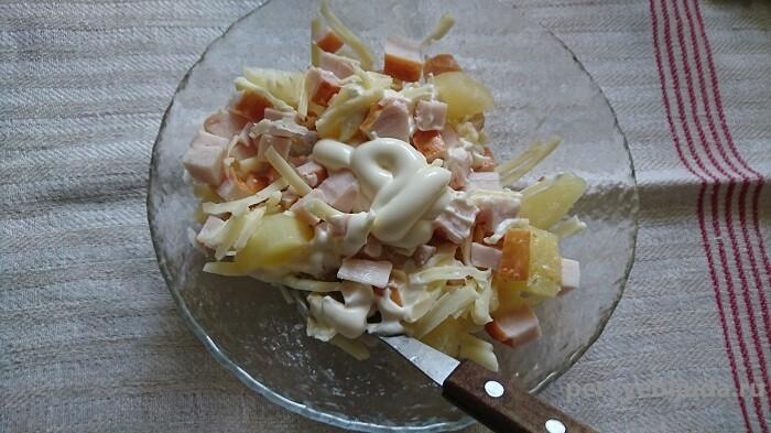 перемешиваем салат с ананасом