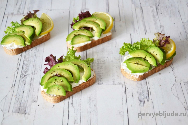 Бутерброды с творожным сыром и авокадо на праздничный стол