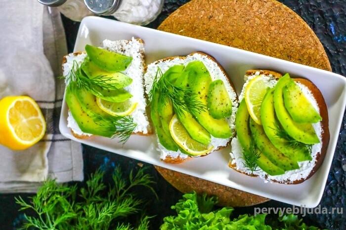 бутерброд с творожным сыром и кусочками авокадо