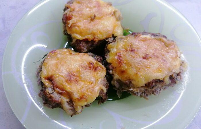 котлеты гнезда с помидорами и сыром