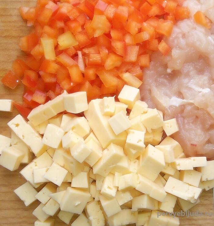 нарезаем сыр и овощи