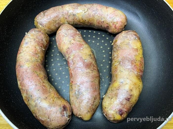 обжариваем колбаски из дичи