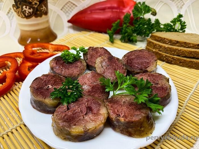 колбаса из косули на блюде