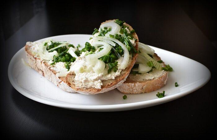 бутерброд с творожным сыром и луком