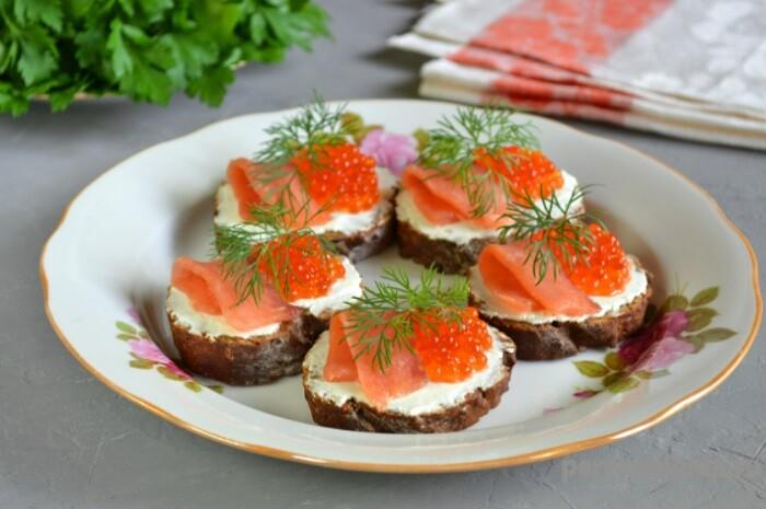 бутерброды с красной икрой и рыбой