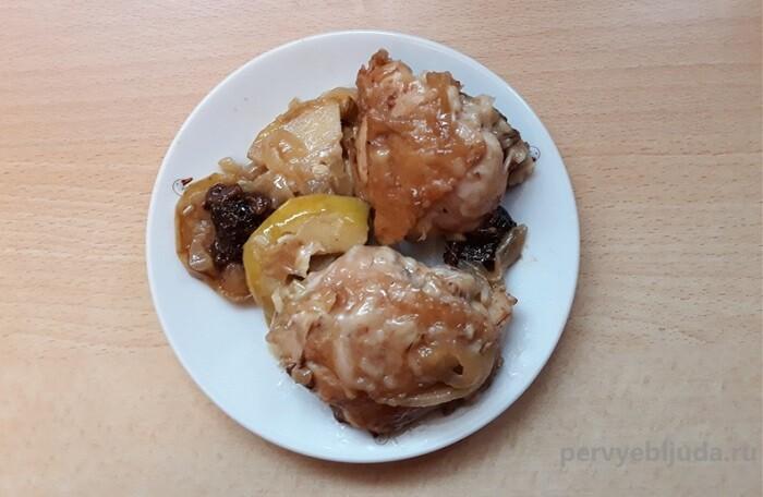 запеченные куриные бедра с фруктами