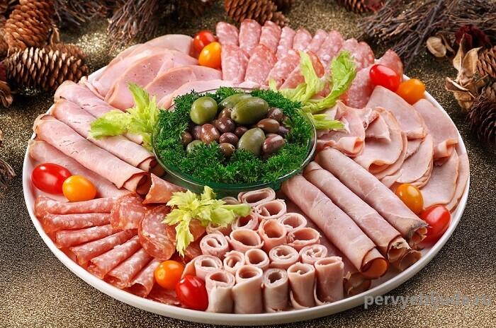 колбасная нарезка с маслинами