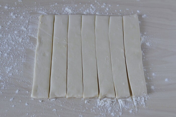 режем тесто на полоски