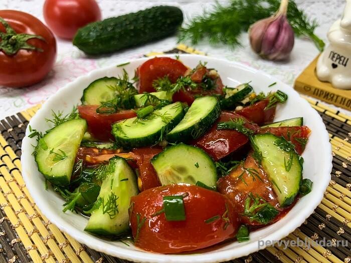 салат с чесноком из помидоров и огурцов