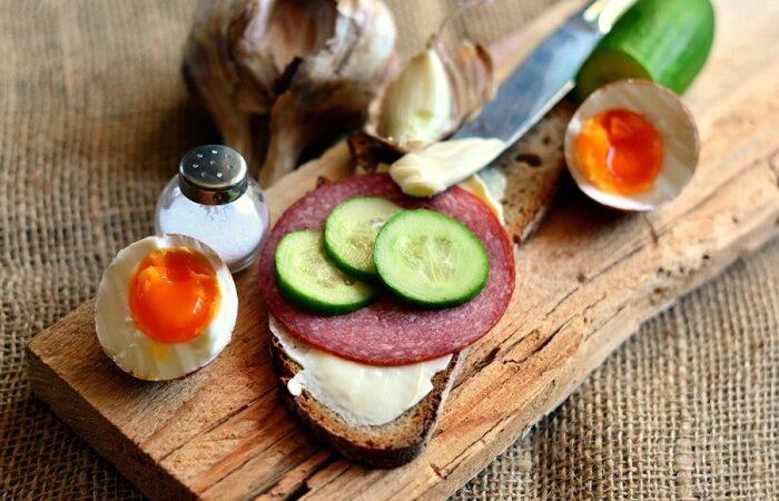 бутерброд с колбасой и огурцом