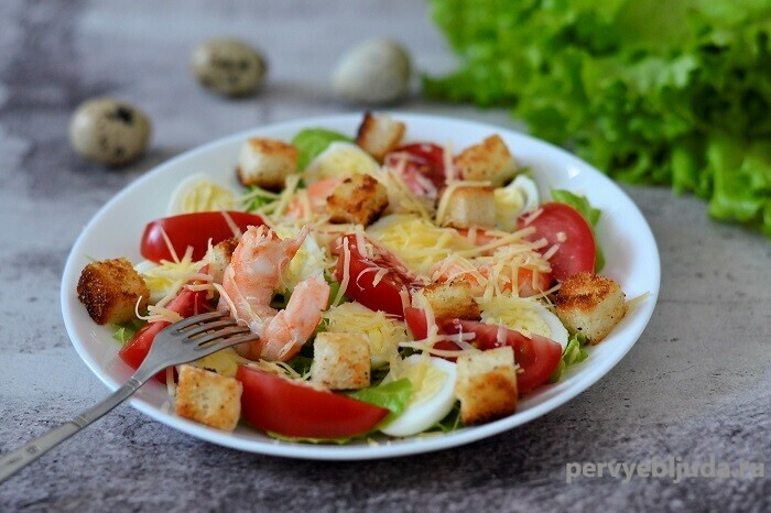 салат с креветками и гренками