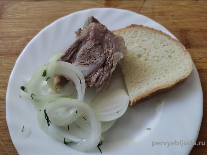 мясо с маринованным луком и укропом