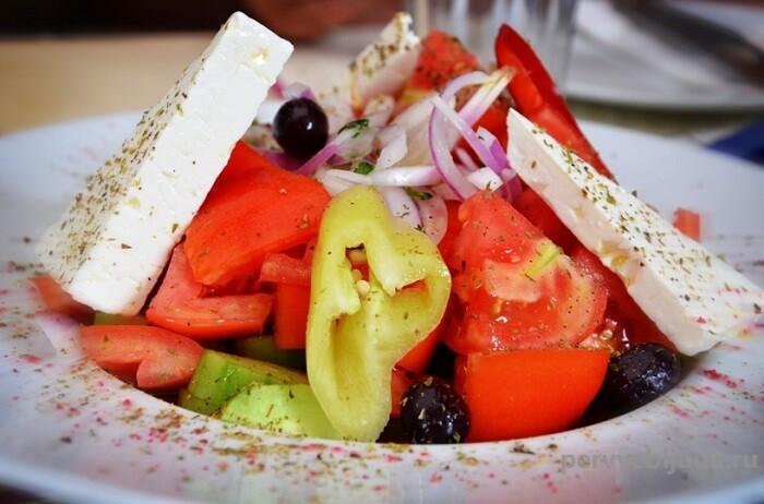 салат с маринованным красным луком