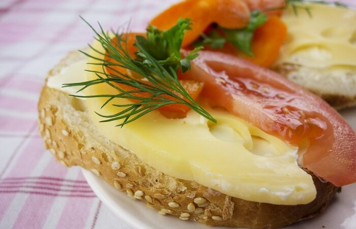 бутербродс маслом сыром и помидором