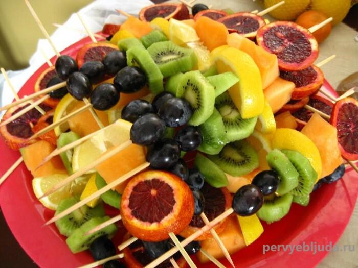 фрукты на шпажках
