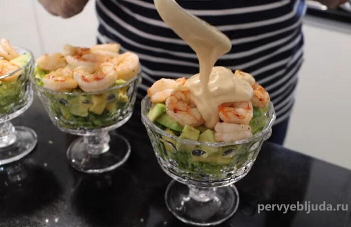 поливаем салат с креветками и авокадо соусом