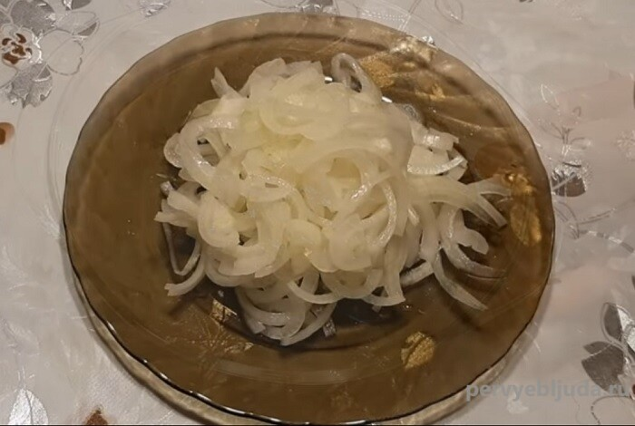 Маринованный лук для салатов: быстро и просто!