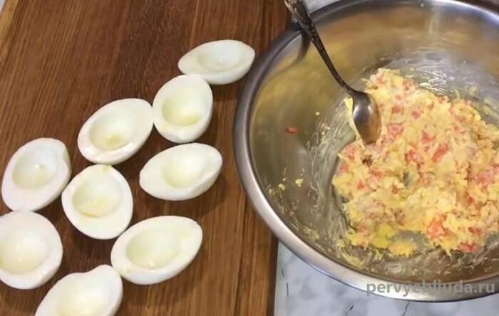 фаршируем яйца